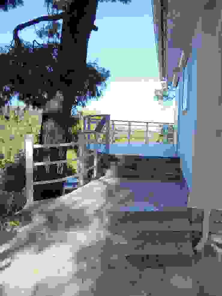 Cocooninberlin Modern balcony, veranda & terrace Granite Grey
