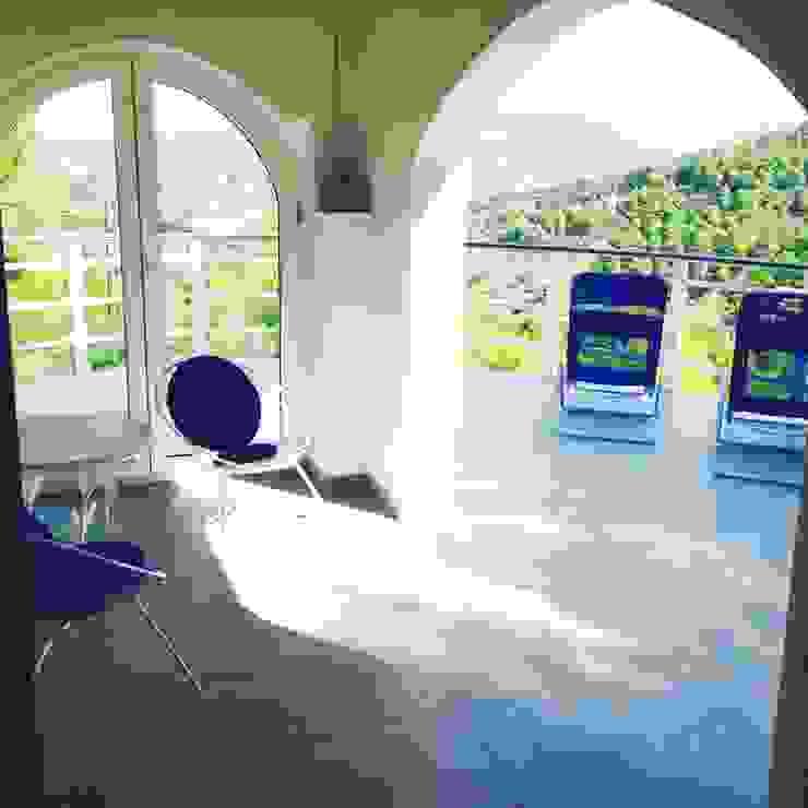 Cocooninberlin Modern balcony, veranda & terrace Tiles Grey