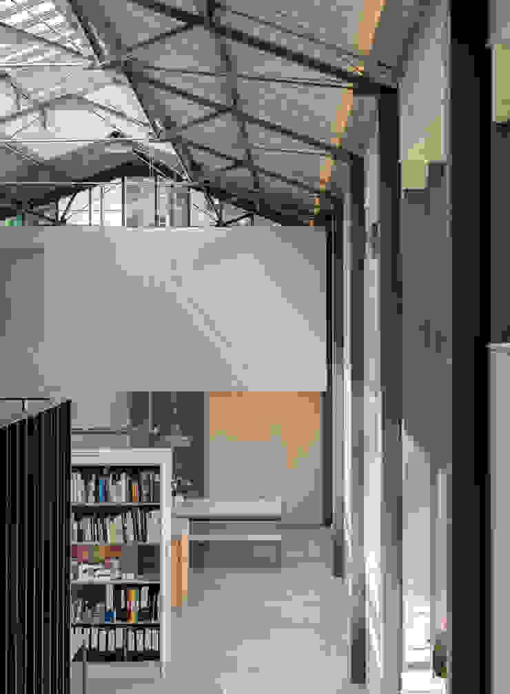 The Workshop Couloir, entrée, escaliers modernes par Henning Stummel Architects Ltd Moderne