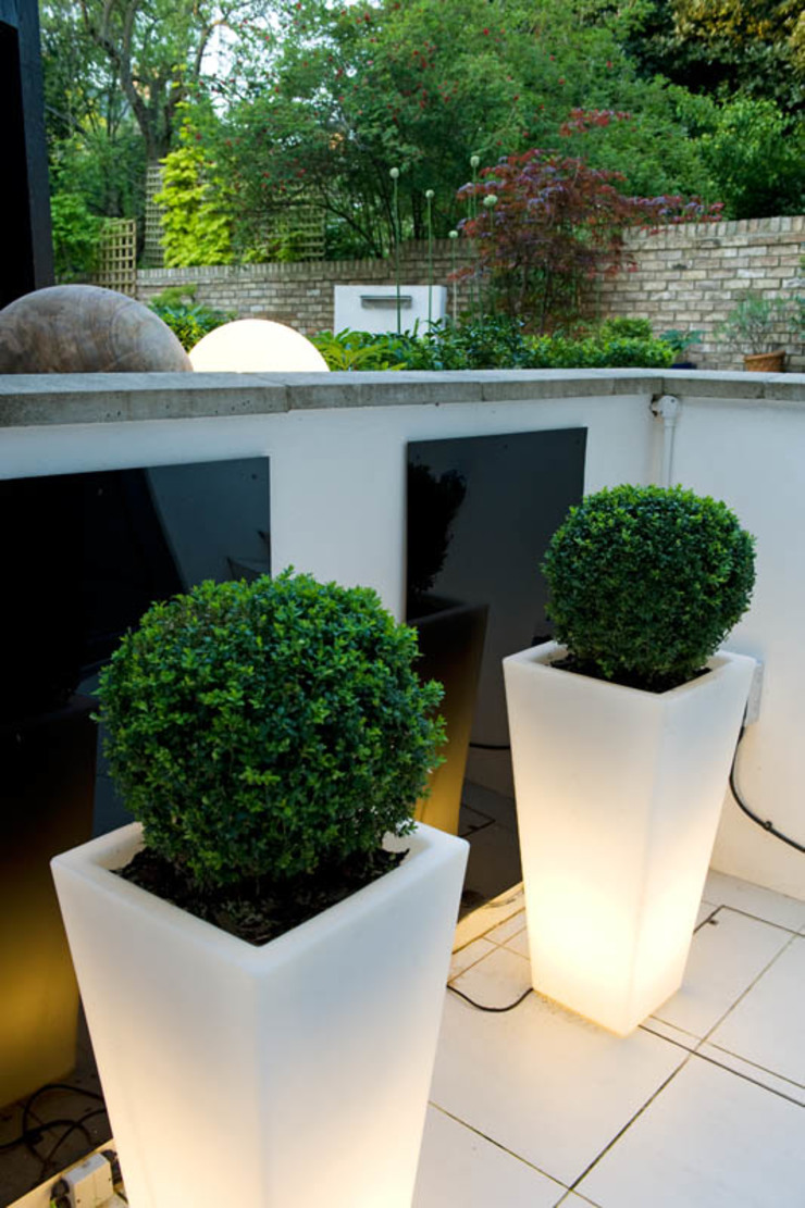 Illuminated Planters Modern garden by Earth Designs Modern