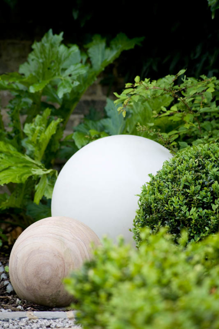 Illuminated & Stone Spheres. Modern garden by Earth Designs Modern Sandstone