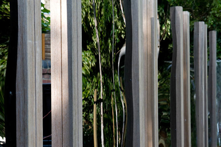 Black Perspex Screening Modern garden by Earth Designs Modern Wood-Plastic Composite