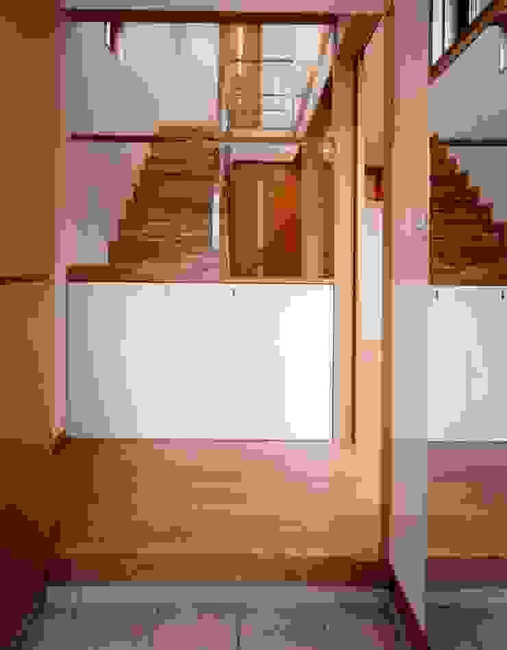Couloir, entrée, escaliers modernes par 池野健建築設計室 Moderne Bois Effet bois