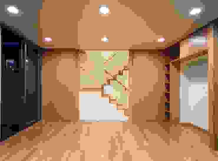 Salon moderne par 池野健建築設計室 Moderne Bois Effet bois