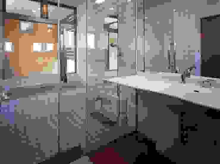Salle de bain moderne par 池野健建築設計室 Moderne Pierre