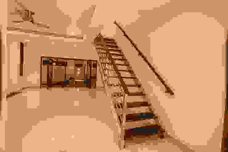 Casa Zama Pasillos, vestíbulos y escaleras modernos de IURO Moderno