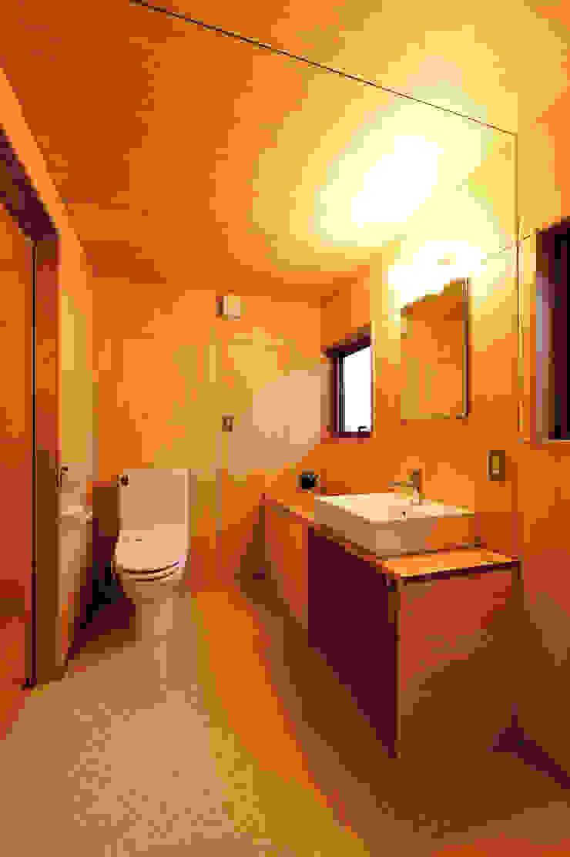 Phòng tắm phong cách hiện đại bởi 株式会社山口工務店 Hiện đại