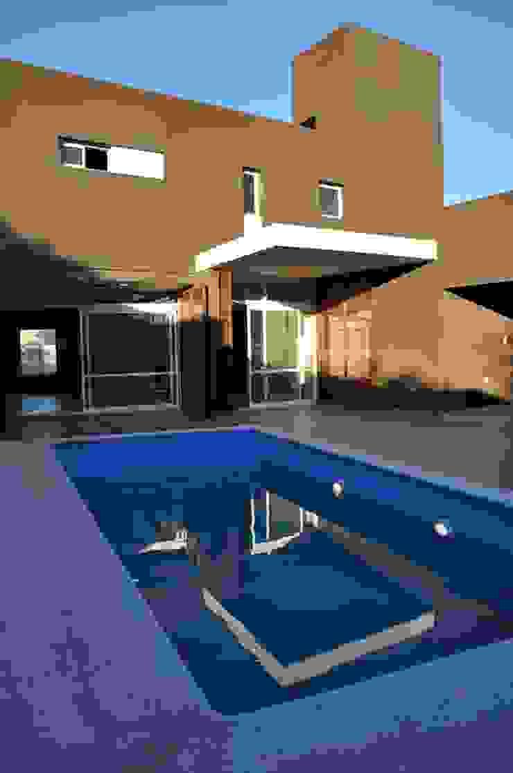 Casa B° Juramento Piletas modernas: Ideas, imágenes y decoración de Kawsay Arquitectura Moderno