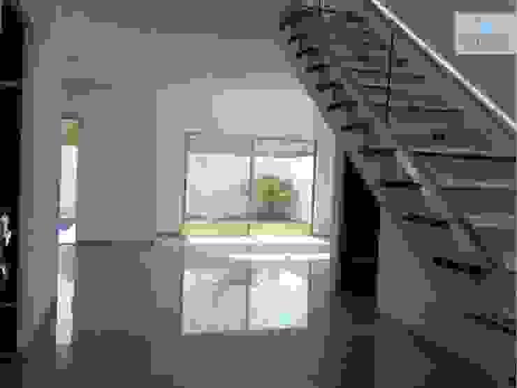 Modern Corridor, Hallway and Staircase by LEYCAZA SA DE CV Modern