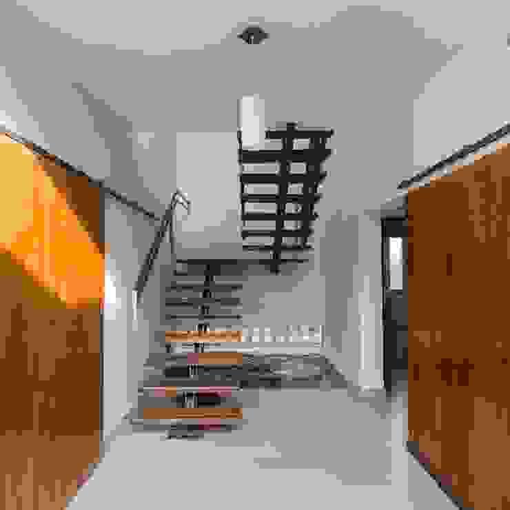 Pasillos, vestíbulos y escaleras de estilo moderno de APPaisajismo Moderno