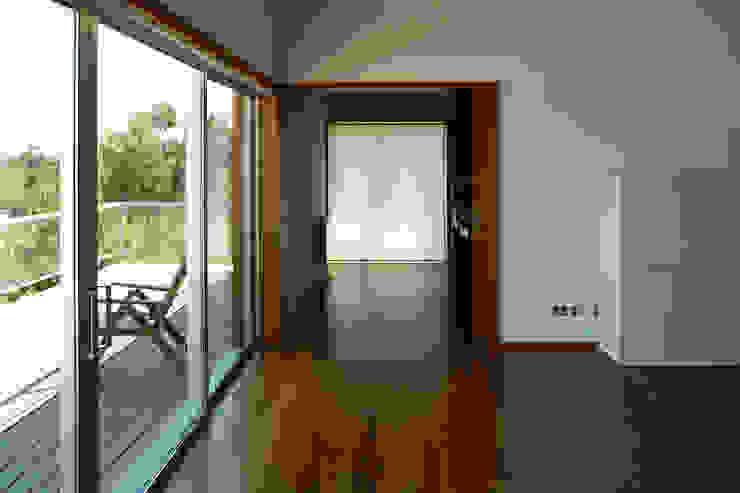 Casa Pinhal Verde Salas de estar modernas por SAMF Arquitectos Moderno Madeira Acabamento em madeira