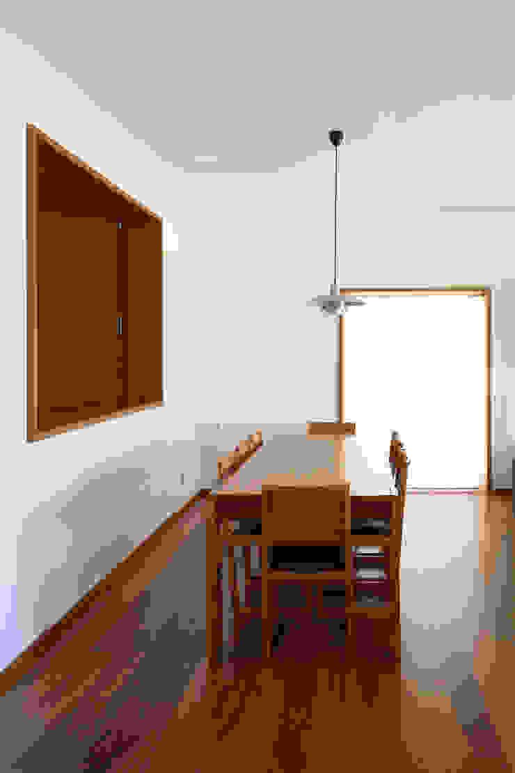 Casa Pinhal Verde Salas de jantar modernas por SAMF Arquitectos Moderno Madeira Acabamento em madeira