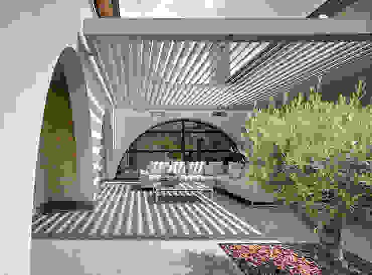 Rider Architects | UmbrisbyIQ Balcones y terrazas modernos de IQ Outdoor Living Moderno Aluminio/Cinc