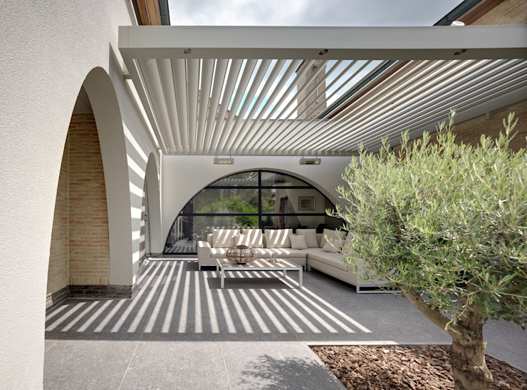Rider Architects | UmbrisbyIQ Balcon, Veranda & Terrasse modernes par IQ Outdoor Living Moderne Aluminium/Zinc