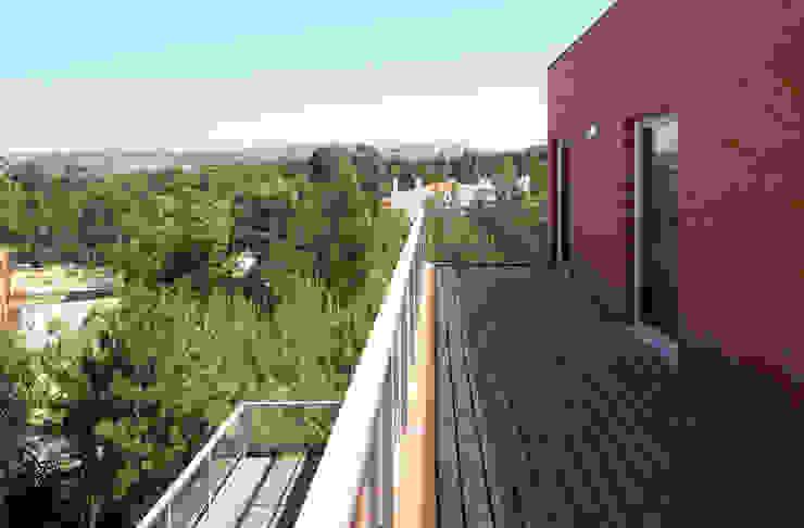 Casa Pinhal Verde Varandas, marquises e terraços modernos por SAMF Arquitectos Moderno Tijolo