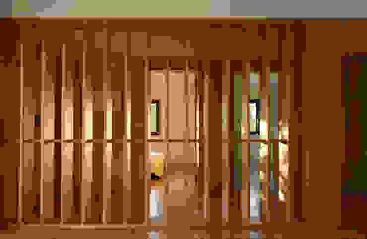 Casa Eira Corredores, halls e escadas modernos por SAMF Arquitectos Moderno Madeira Acabamento em madeira