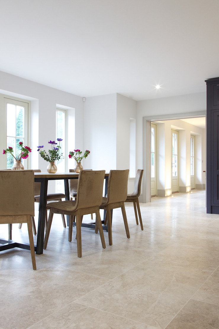 Zofia limestone floor in a honed finish from Artisans of Devizes. Artisans of Devizes Salle à manger moderne Calcaire