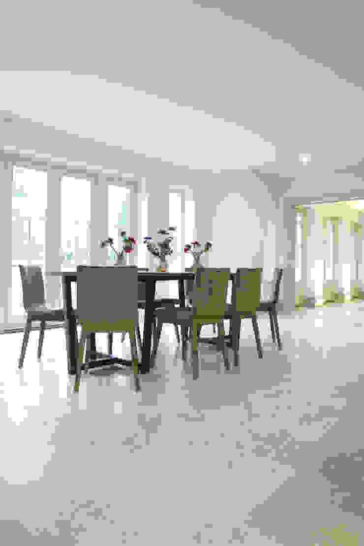 Zofia limestone floor in a honed finish from Artisans of Devizes. Comedores de estilo moderno de Artisans of Devizes Moderno Caliza