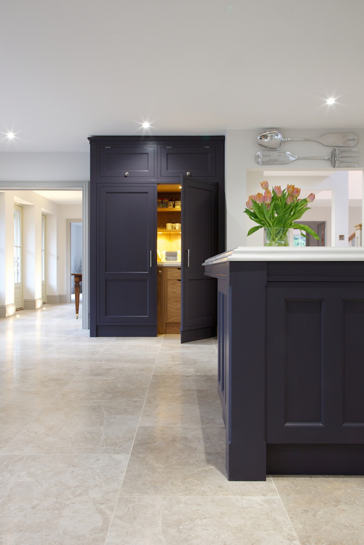 Zofia limestone floor in a honed finish from Artisans of Devizes. Artisans of Devizes Cuisine moderne Calcaire