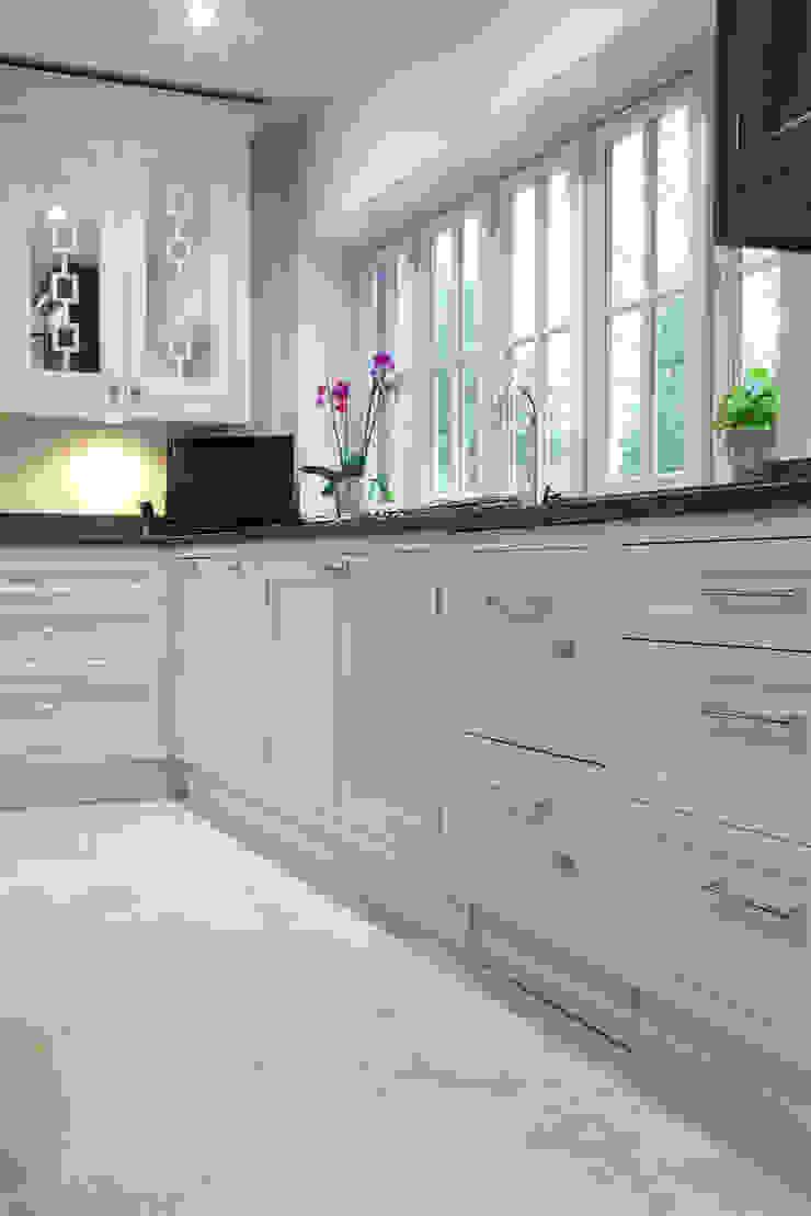 Zofia limestone floor in a honed finish from Artisans of Devizes. Cocinas de estilo moderno de Artisans of Devizes Moderno Caliza