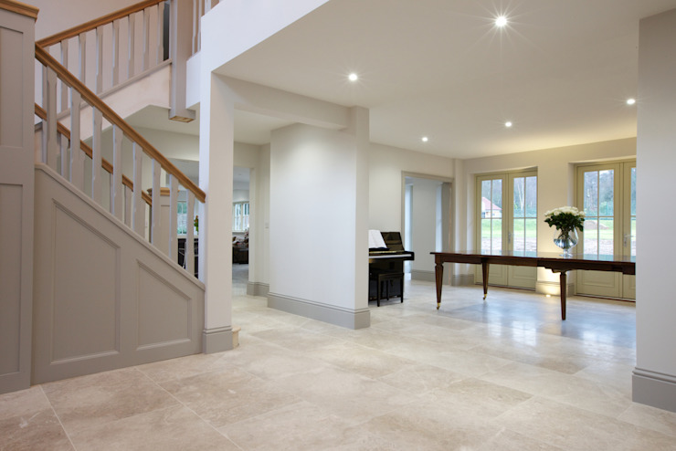 Zofia limestone floor in a honed finish from Artisans of Devizes. Artisans of Devizes Couloir, entrée, escaliers modernes Calcaire
