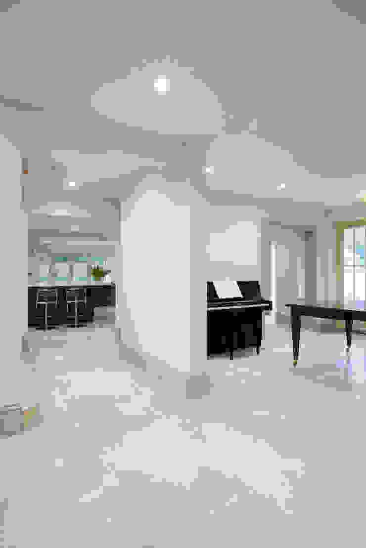 Zofia limestone floor in a honed finish from Artisans of Devizes. Pasillos, vestíbulos y escaleras modernos de Artisans of Devizes Moderno Caliza