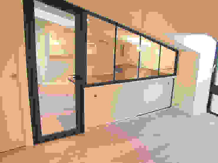 """Cloison """"atelier d'artiste"""" du bureau par Kauri Architecture Moderne"""