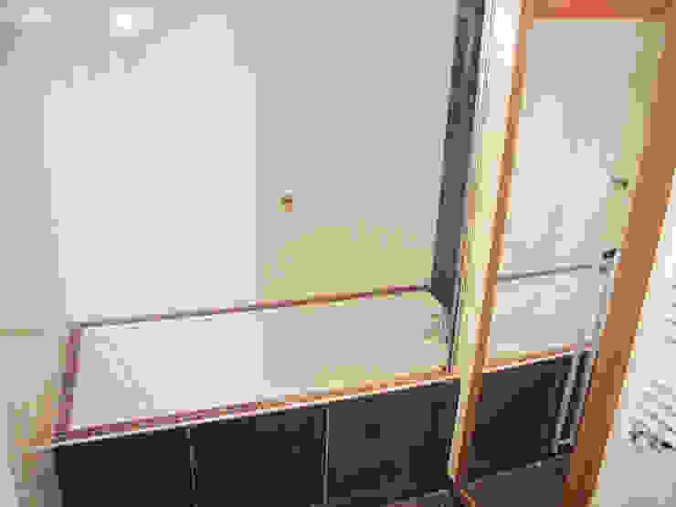 Baignoire et placard Salle de bain moderne par Kauri Architecture Moderne