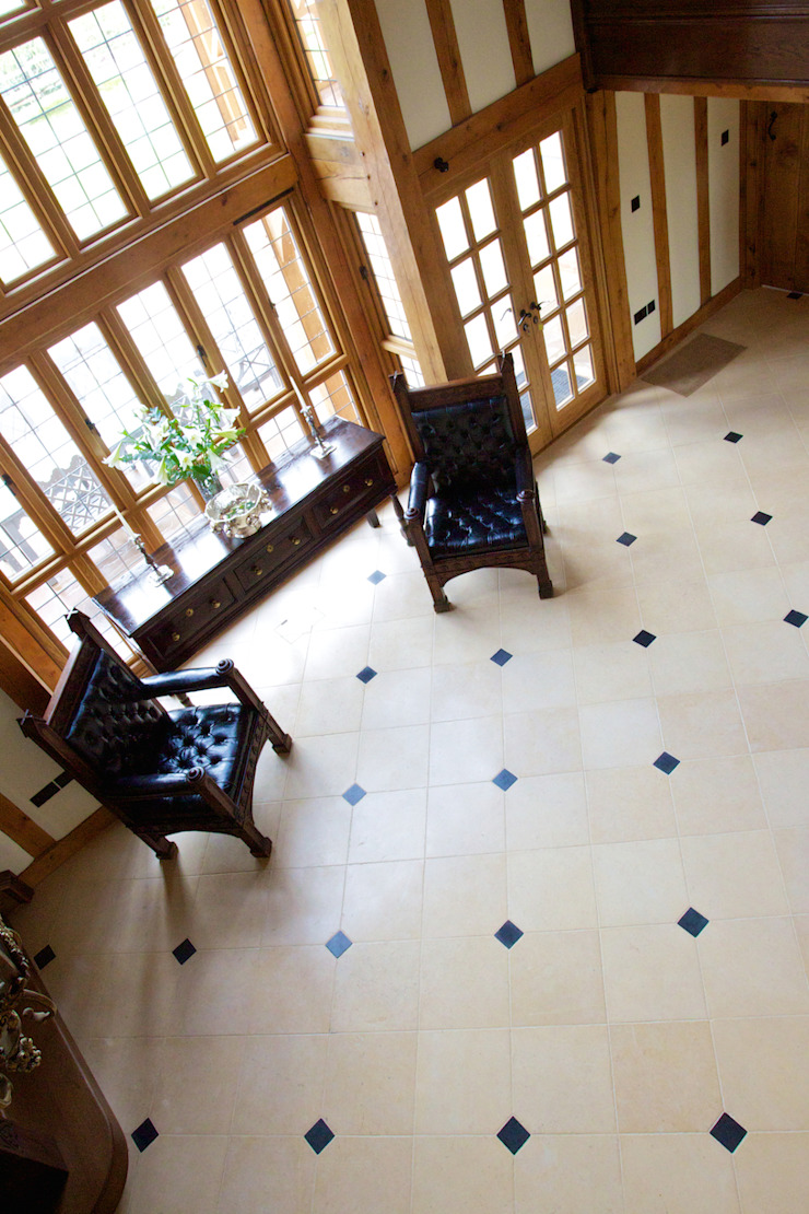 Lincolnshire Limestone flooring with a Artisan Aged Finish from Artisans of Devizes. Artisans of Devizes Murs & Sols ruraux Calcaire