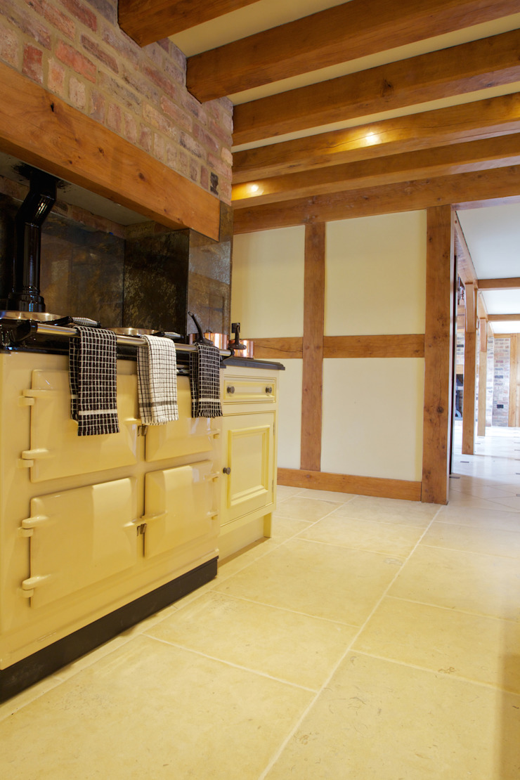 Lincolnshire Limestone flooring with a Artisan Aged Finish from Artisans of Devizes. Artisans of Devizes Murs & Sols ruraux Calcaire Beige