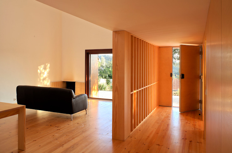 Casa Eira Salas de estar modernas por SAMF Arquitectos Moderno Madeira Acabamento em madeira