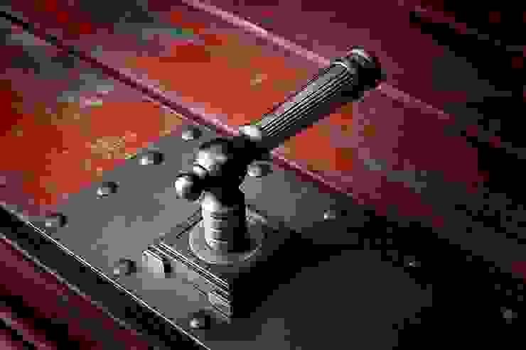 Дверь Лофт #7 от homify Лофт Дерево Эффект древесины