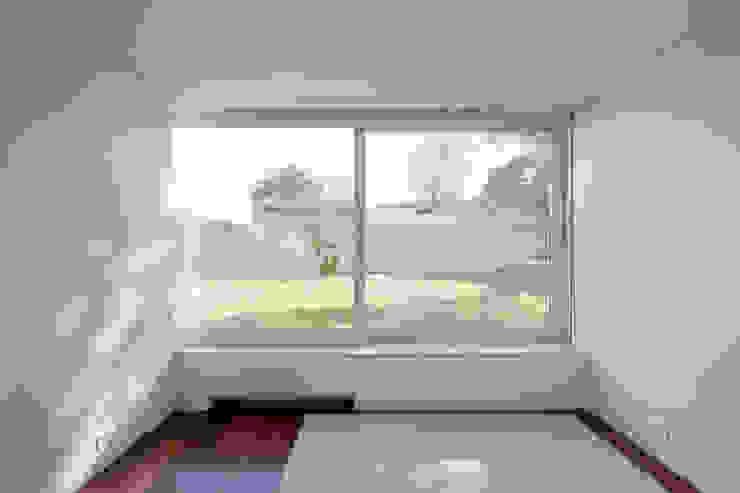Projeto Salas de estar minimalistas por Figueiredo+Pena Minimalista