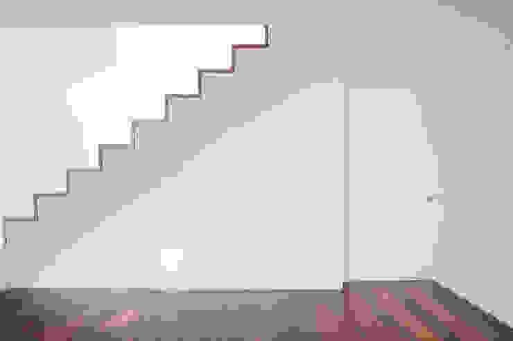Projeto Corredores, halls e escadas minimalistas por Figueiredo+Pena Minimalista