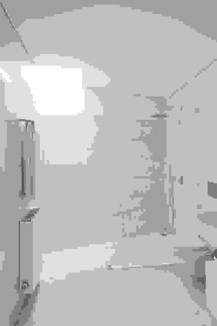 Projeto Casas de banho minimalistas por Figueiredo+Pena Minimalista