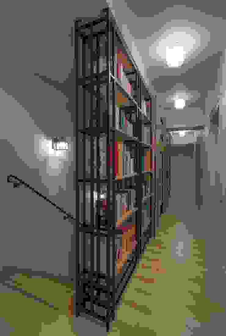 Dom na Krzykach Klasyczny korytarz, przedpokój i schody od Jeżewska & Zakrawacz Klasyczny