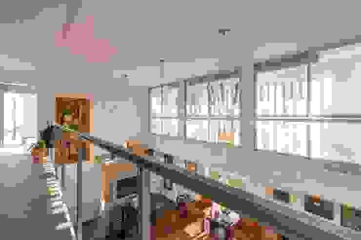 Modern corridor, hallway & stairs by barqs bisio arquitectos Modern