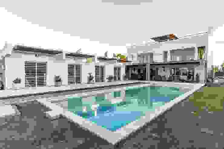 CASA LA SANTINA Piletas modernas: Ideas, imágenes y decoración de barqs bisio arquitectos Moderno