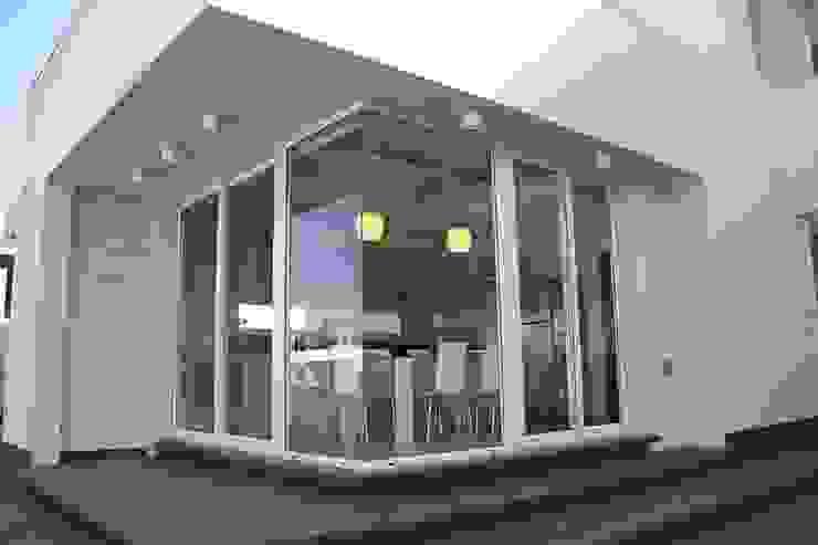 De líneas puras – Casa N Los Olivos Casas modernas: Ideas, imágenes y decoración de CB Design Moderno