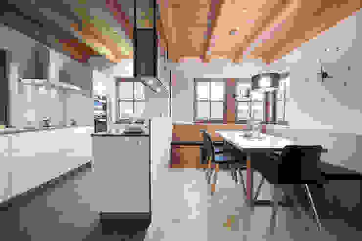 Planung und Umsetzung eines Koch- und Essbereiches in Wagrain Minimalistische Esszimmer von FRAME Innenarchitektur Minimalistisch