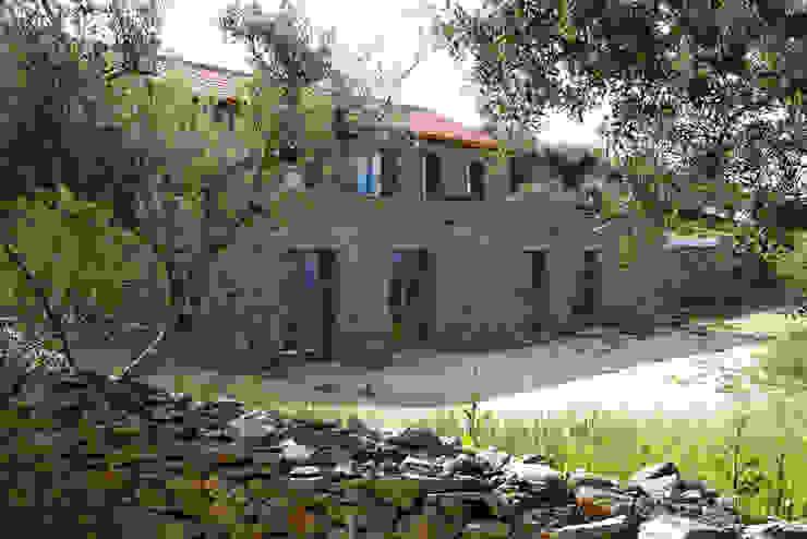 Casas de estilo rústico de Germano de Castro Pinheiro, Lda Rústico Piedra