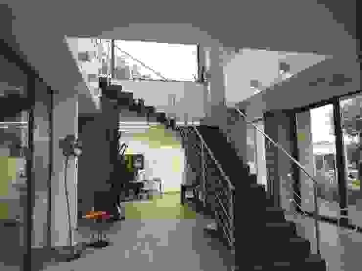 scala interna Ingresso, Corridoio & Scale in stile moderno di Studio di architettura e progettazione di interni - Architetto Filippo Chiocchetti Moderno