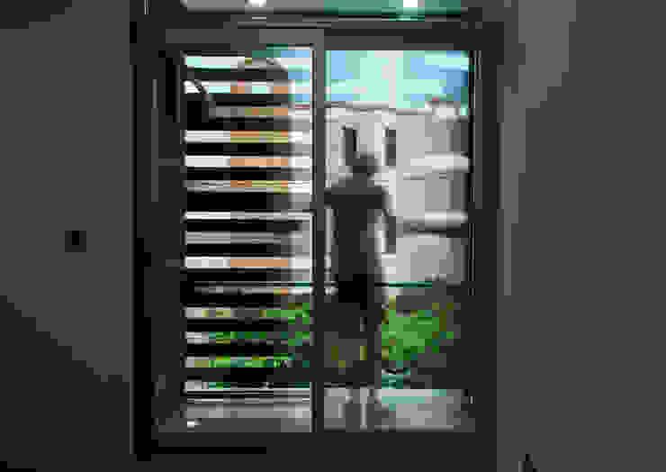 Casas Trapecio Balcones y terrazas modernos de INDICO Moderno