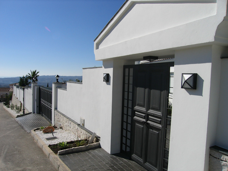 Mediterranean style houses by UAArquitectos Mediterranean