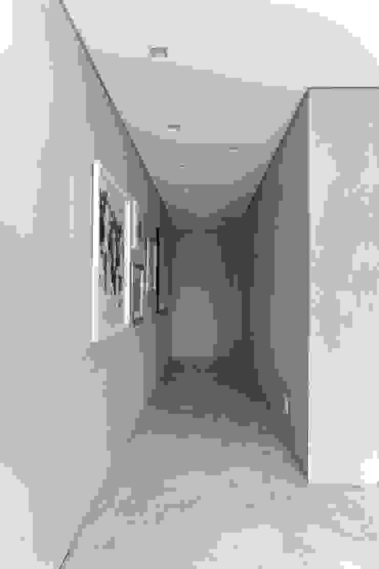 Hildebrand Silva Arquitetura - Cidade Jardim Corredores, halls e escadas modernos por Mariana Orsi Fotografia Moderno