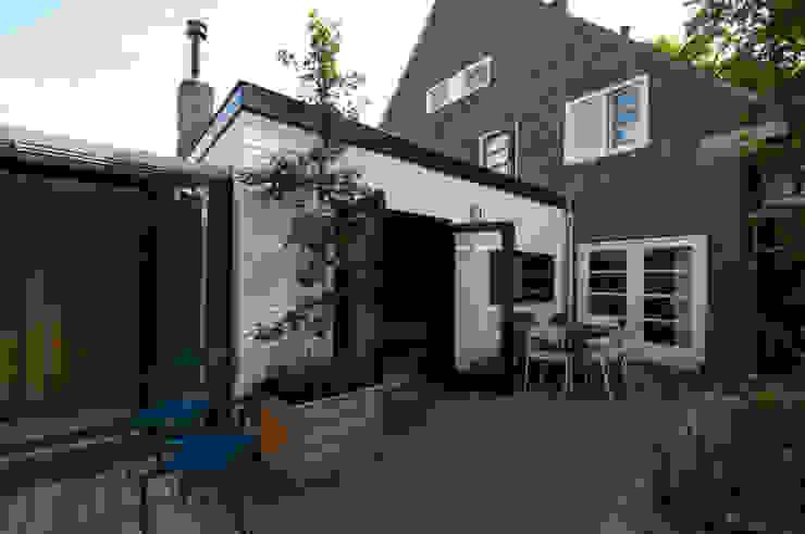 gevel keuken - aansluitng aan bestaand woonhuis Moderne huizen van JANICKI ARCHITECT Modern Steen