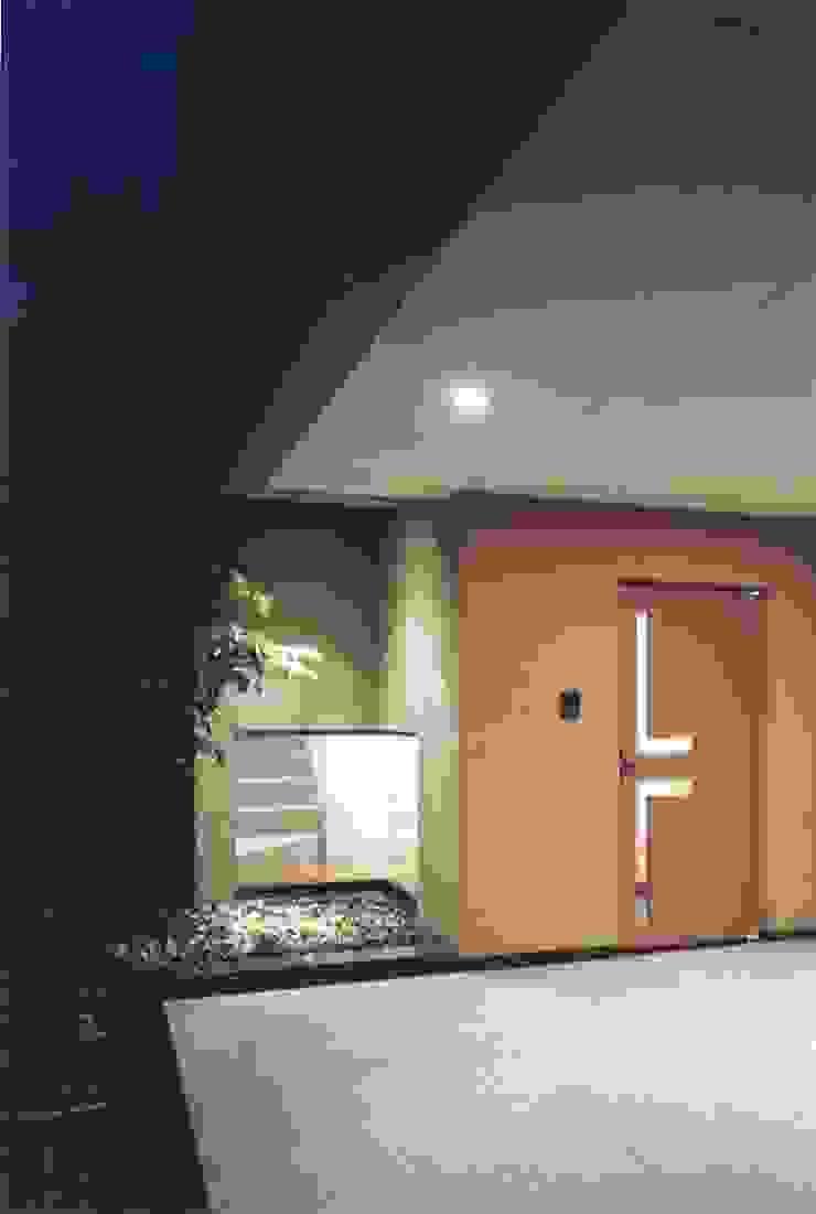 Pasillos, hall y escaleras de estilo asiático de 株式会社 高井義和建築設計事務所 Asiático