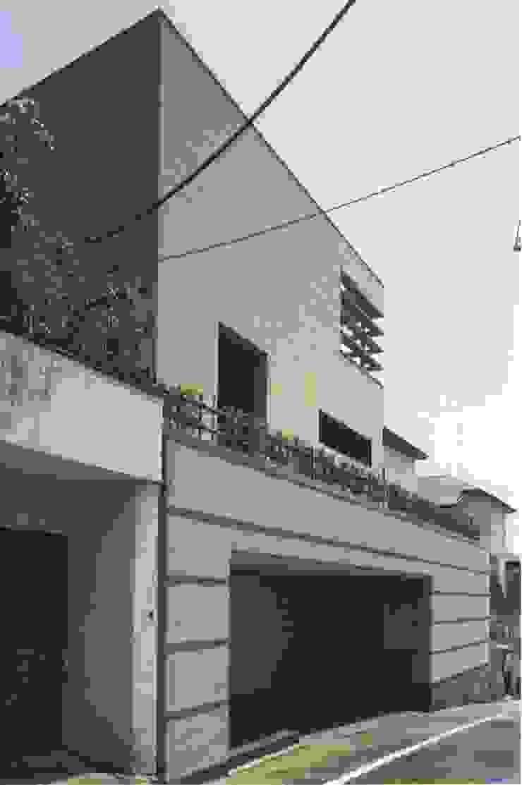 Casas asiáticas por 株式会社 高井義和建築設計事務所 Asiático