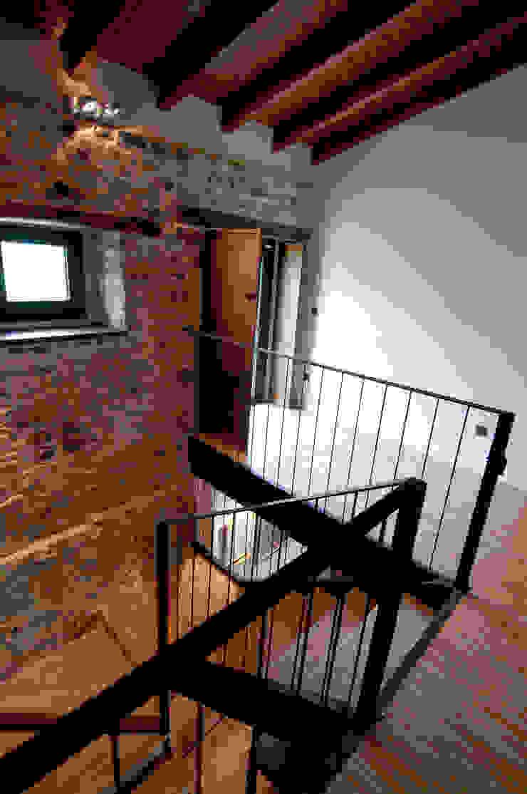 Коридор, прихожая и лестница в стиле кантри от RUBIO · BILBAO ARQUITECTOS Кантри