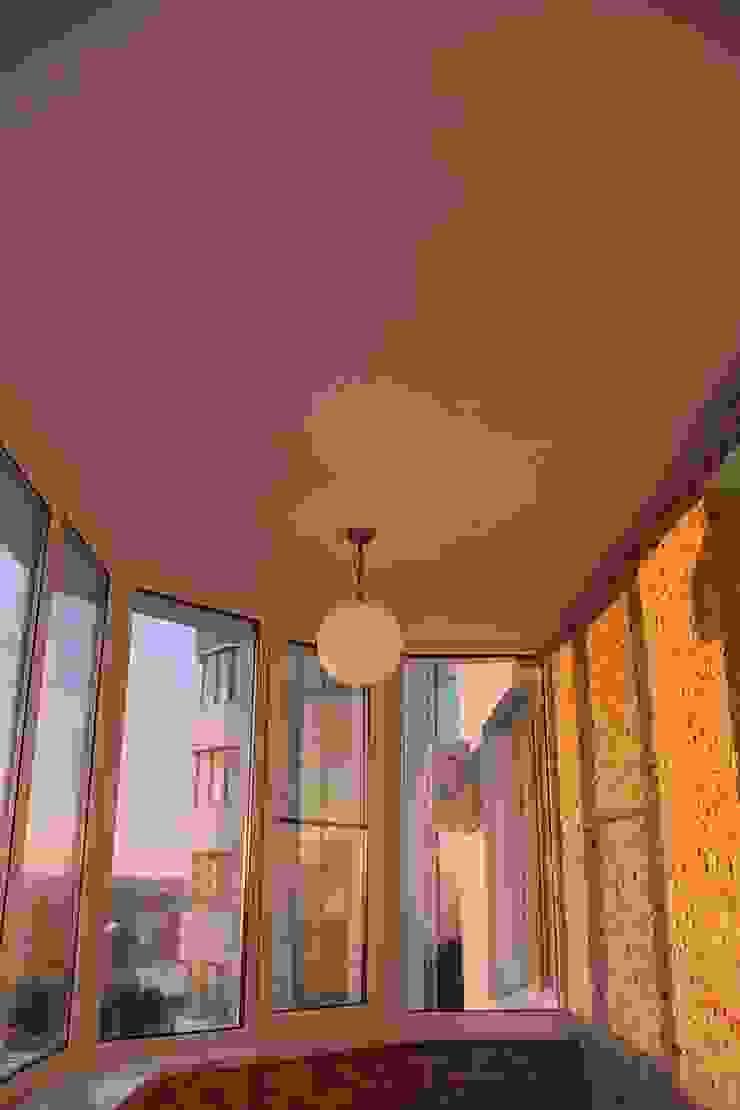"""Фото ремонта квартиры в ЖК """"Адмирал"""" Балкон и терраса в стиле модерн от Студия интерьерного дизайна happy.design Модерн"""
